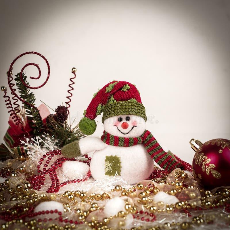 逗人喜爱的玩具雪人和各种各样的圣诞节装饰在白色b 图库摄影
