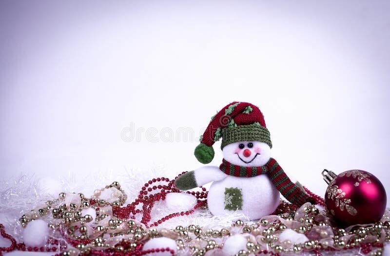 逗人喜爱的玩具雪人和各种各样的圣诞节装饰在白色b 免版税库存图片