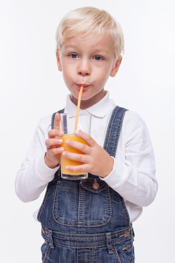 逗人喜爱的男孩享受健康饮料 免版税库存图片