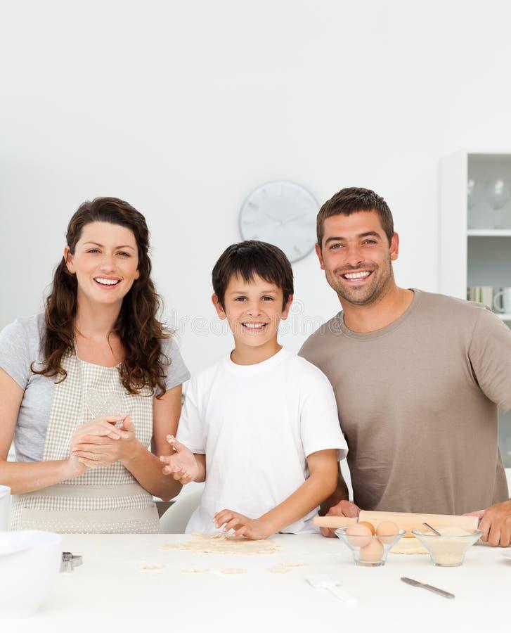 逗人喜爱的男孩他的厨房父项 免版税库存图片