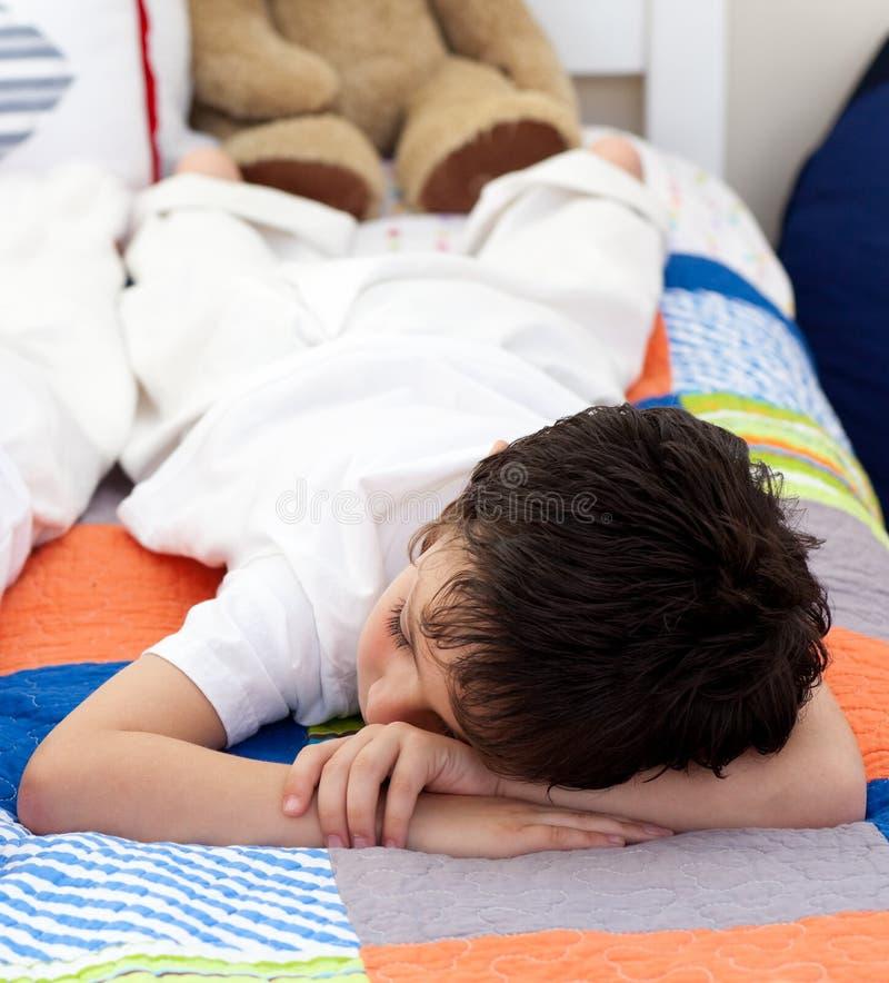 逗人喜爱的男孩休眠的一点 免版税库存图片