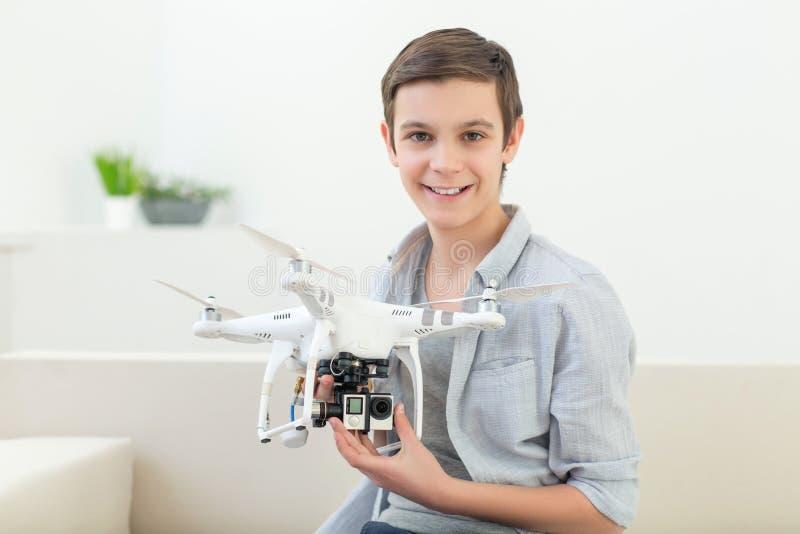 逗人喜爱的男孩使用与现代玩具 库存图片