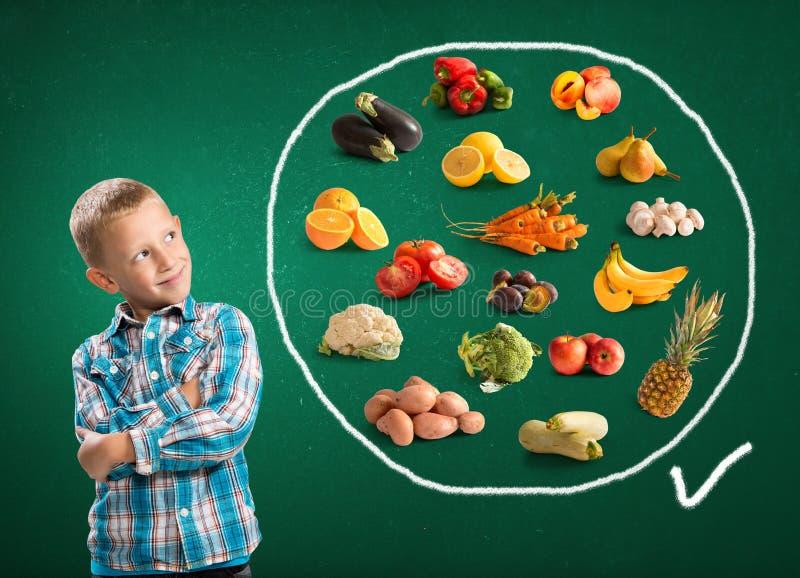 逗人喜爱的男孩和健康食物 免版税图库摄影