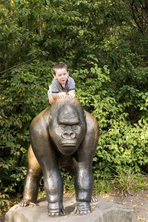 逗人喜爱的男孩在柏林动物园里 库存照片
