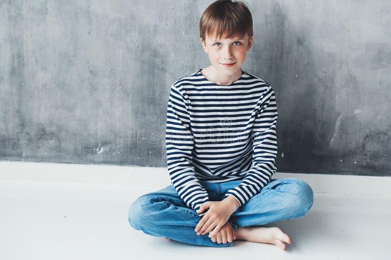 逗人喜爱的男孩愉快的漂亮的孩子特写镜头画象 库存图片
