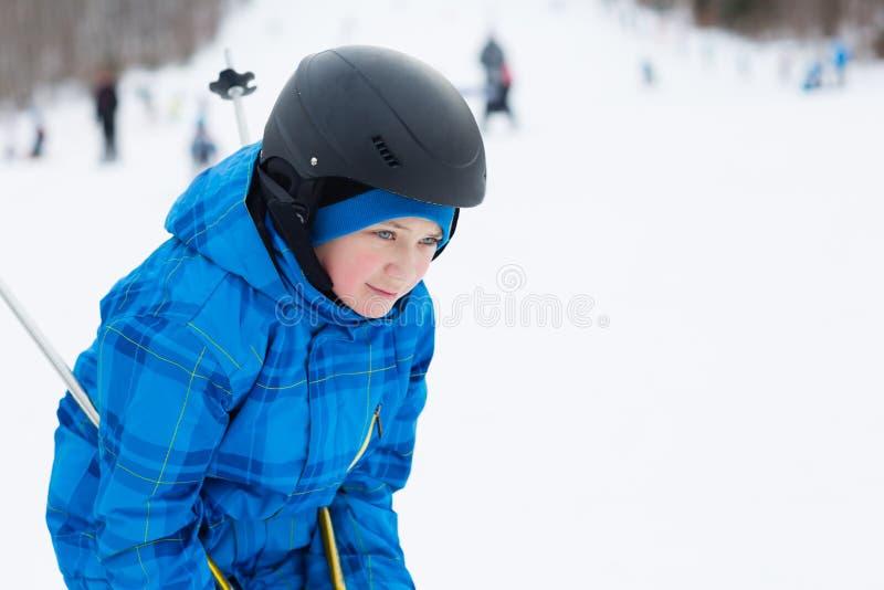 逗人喜爱的男孩滑雪 免版税库存图片