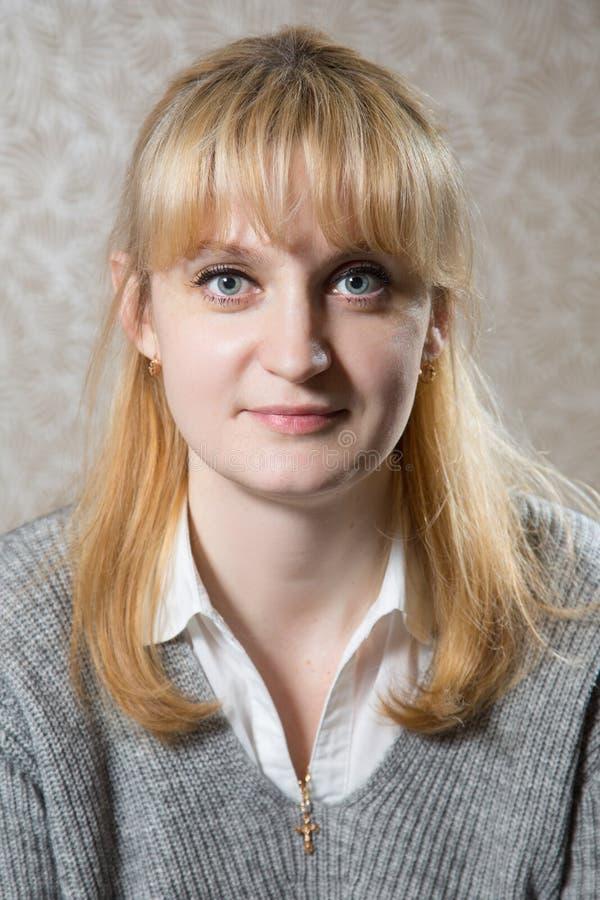 逗人喜爱的白种人白肤金发的妇女画象  免版税图库摄影