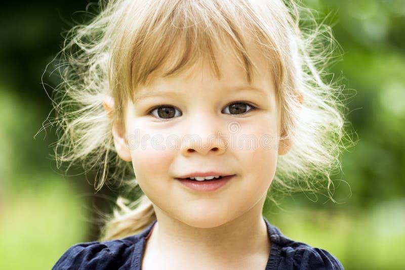 逗人喜爱的白肤金发的女孩画象 免版税库存图片