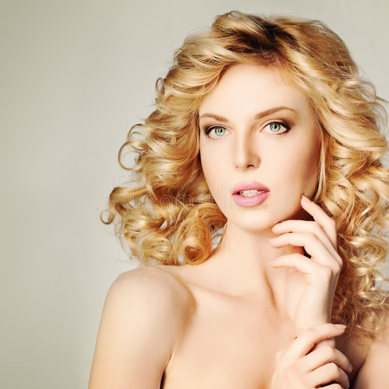 逗人喜爱的白肤金发的妇女 白肤金发的卷发 温泉画象 免版税库存图片