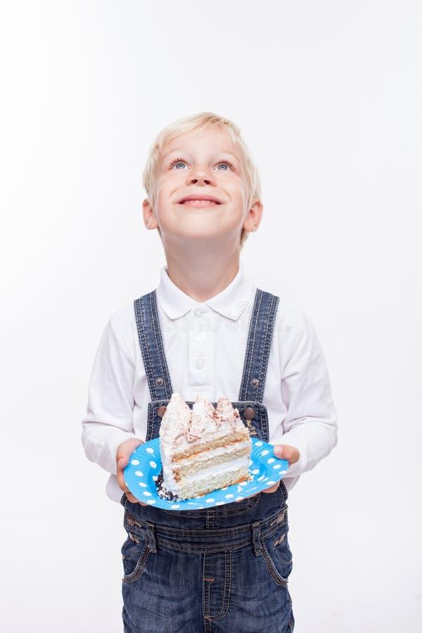 逗人喜爱的白肤金发的男孩庆祝他的生日 免版税库存图片