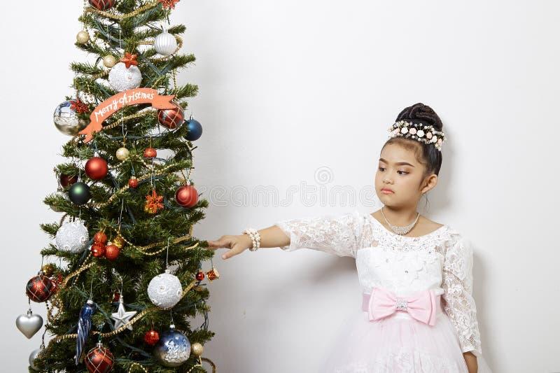 逗人喜爱的矮小的亚洲女孩圣诞快乐 免版税库存图片