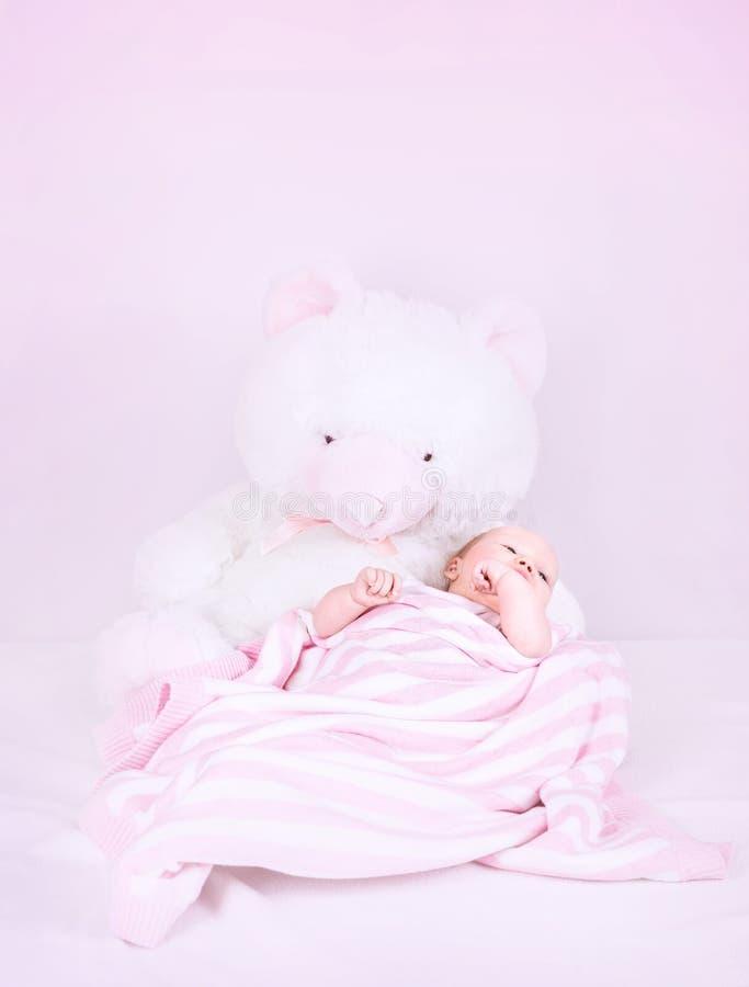逗人喜爱的矮小的新出生的女孩 免版税库存图片