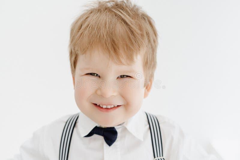 逗人喜爱的矮小的白种人男孩微笑的特写镜头画象 免版税库存图片