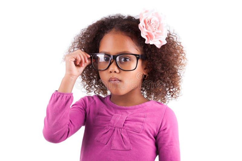 逗人喜爱的矮小的非洲亚裔女孩佩带的玻璃 库存照片
