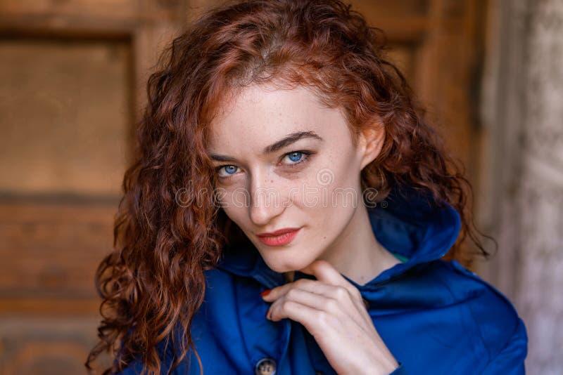 逗人喜爱的红发女孩、波浪发和美丽的眼睛画象  库存照片