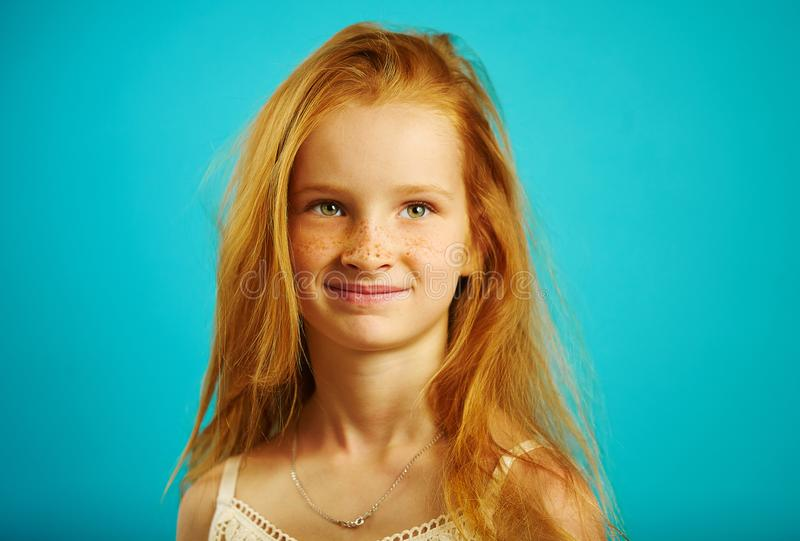 逗人喜爱的红发女孩,好的表示被隔绝的射击有滑稽的雀斑的,调查距离 免版税库存照片