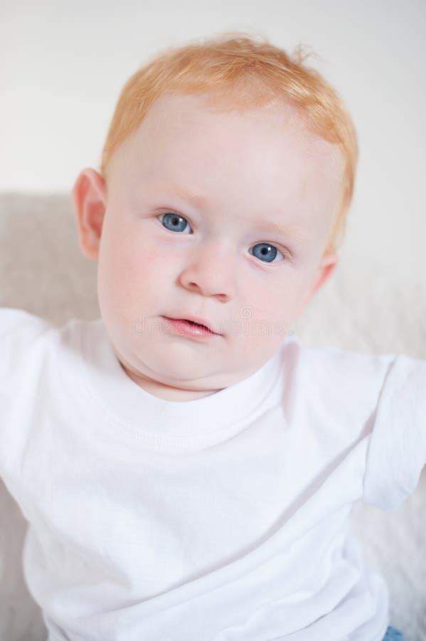 逗人喜爱的红发蓝眼睛的男孩 库存图片