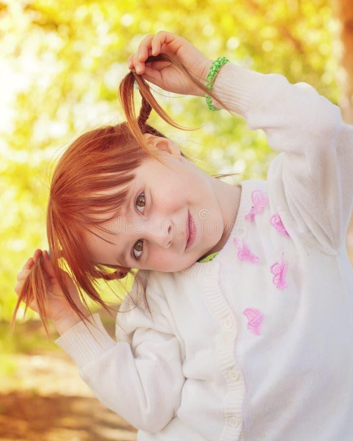 逗人喜爱的红头发人小女孩 图库摄影