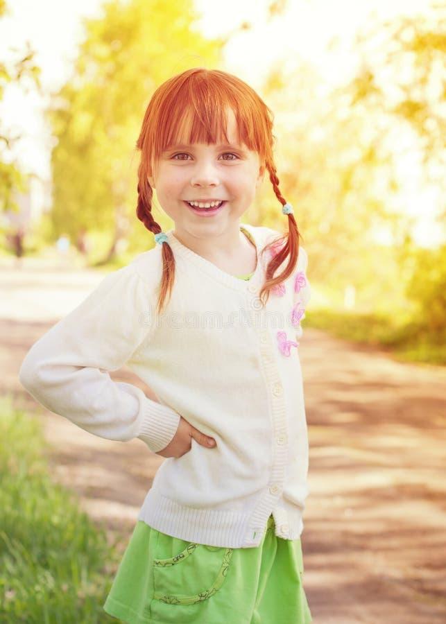 逗人喜爱的红头发人小女孩 免版税库存照片