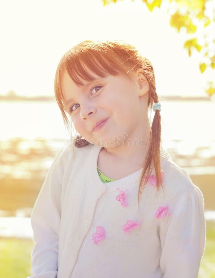 逗人喜爱的红头发人小女孩 库存照片
