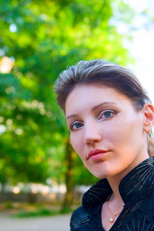 逗人喜爱的纵向妇女年轻人 库存照片