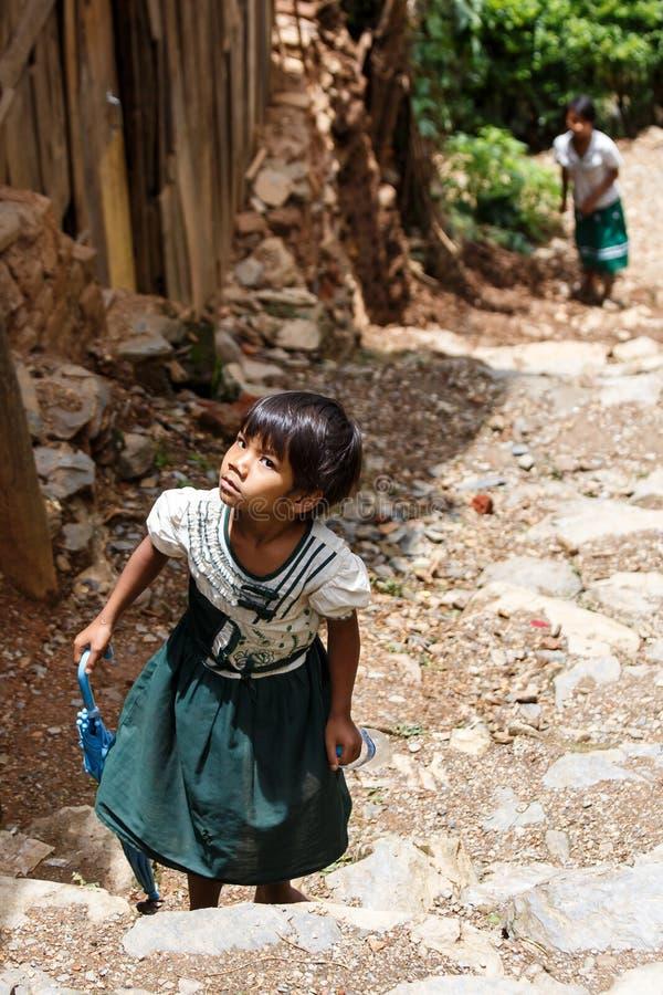 逗人喜爱的缅甸学校孩子在Falam,缅甸(缅甸) 免版税库存照片