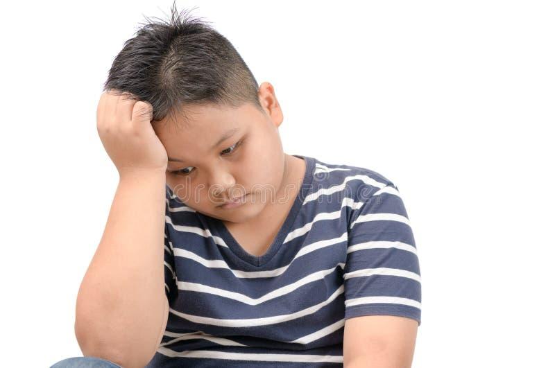 逗人喜爱的肥胖被隔绝的男孩乏味和孤独 免版税库存图片