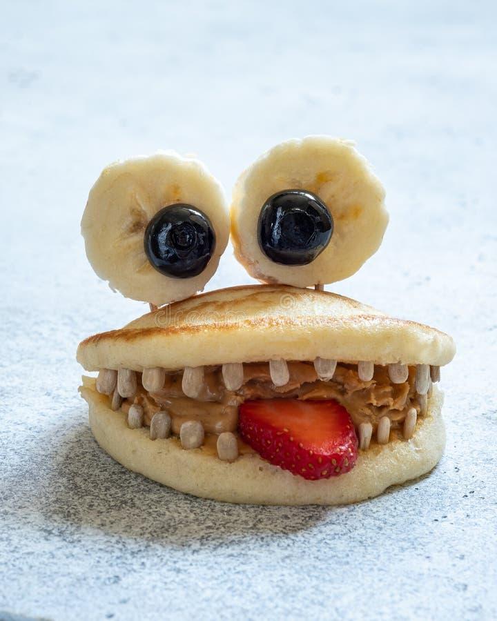 逗人喜爱的薄煎饼妖怪 免版税图库摄影