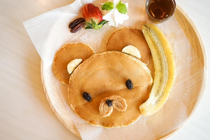 逗人喜爱的薄煎饼 哄骗玩具熊薄煎饼菜单供食与新鲜 库存照片