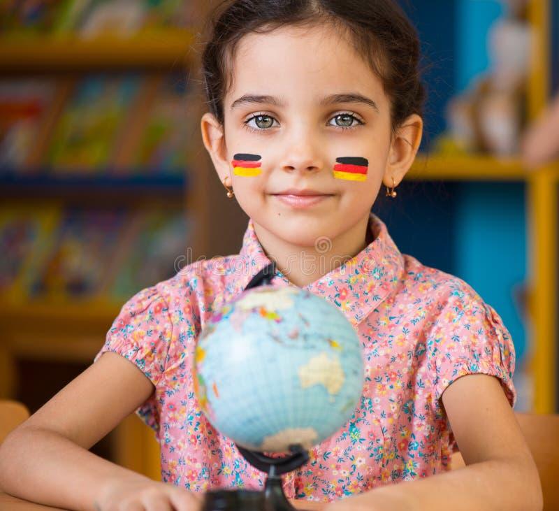 逗人喜爱的西班牙女孩学会地理 库存照片