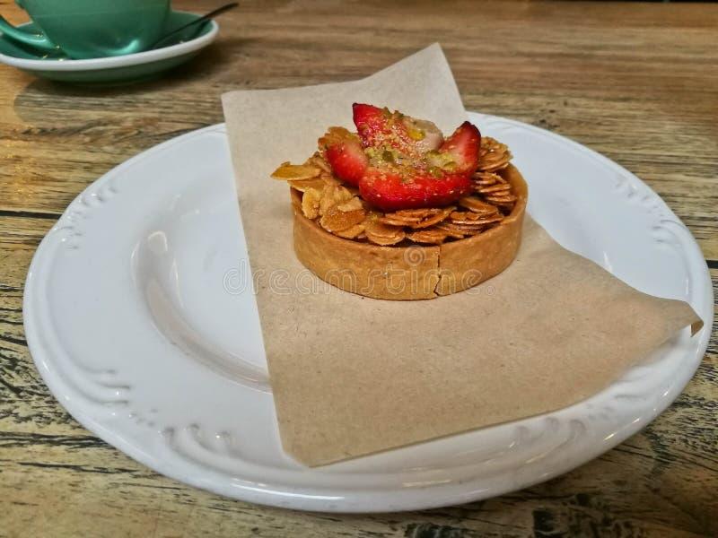 逗人喜爱的豪华自创典雅的法国食家点心果子草莓酸的侧视图 图库摄影
