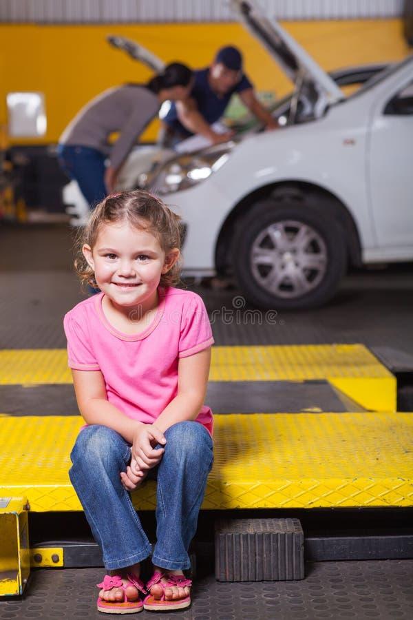 女儿等待的车库 免版税图库摄影