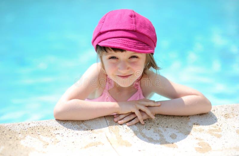 逗人喜爱的边缘女孩一点池游泳 库存图片