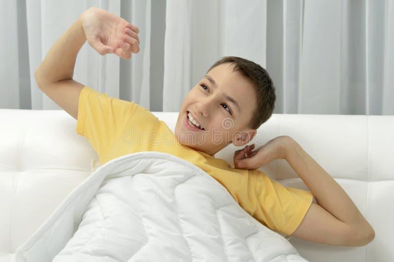 逗人喜爱的醒的男孩 免版税库存照片
