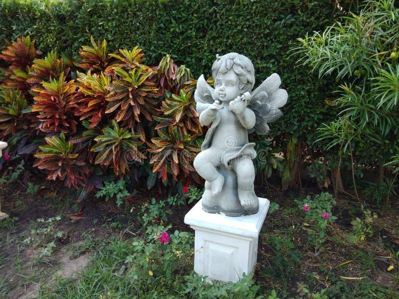 逗人喜爱的雕象在庭院里 免版税库存图片