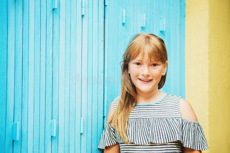 逗人喜爱的青春期前的十岁的女孩室外画象  库存照片