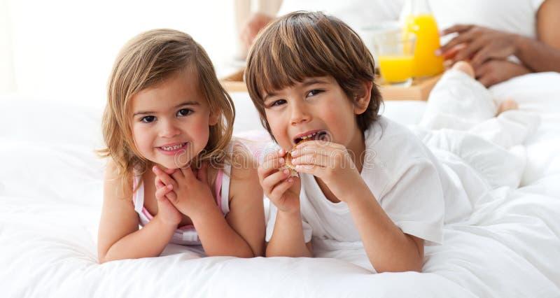 逗人喜爱的食用兄弟和的姐妹早餐 免版税库存照片
