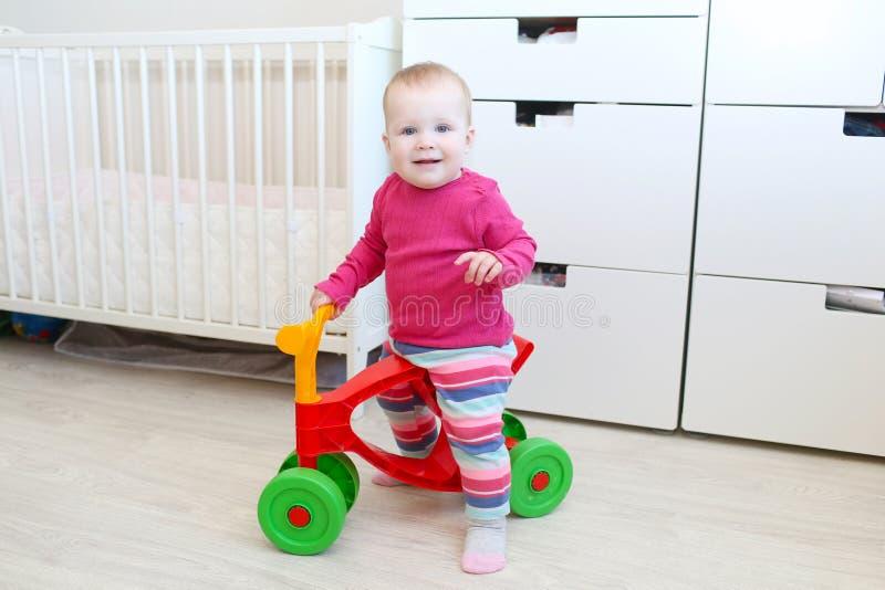 逗人喜爱的10个月小步行者的小女孩在家 免版税库存照片