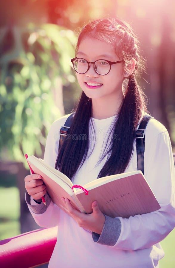 逗人喜爱的年轻亚裔学生女孩画象  图库摄影