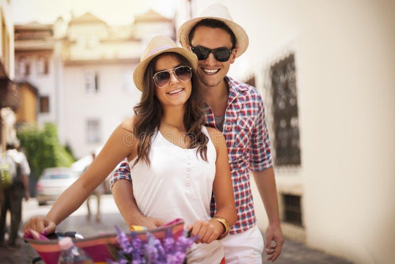 逗人喜爱的年轻夫妇 免版税库存图片
