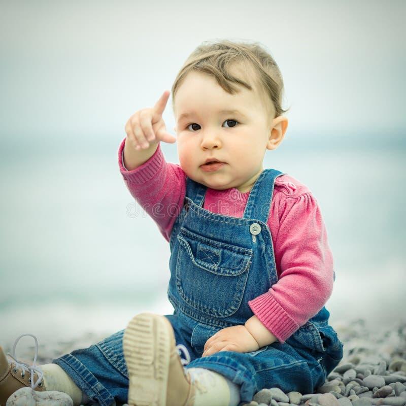 逗人喜爱的婴孩坐海滩 免版税库存图片