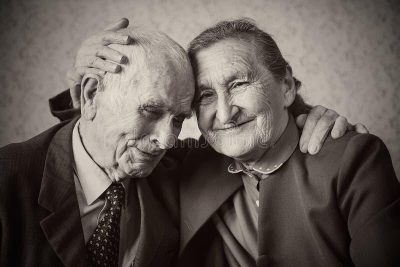 逗人喜爱的80正岁与摆在为a的夫妇结婚 免版税库存照片