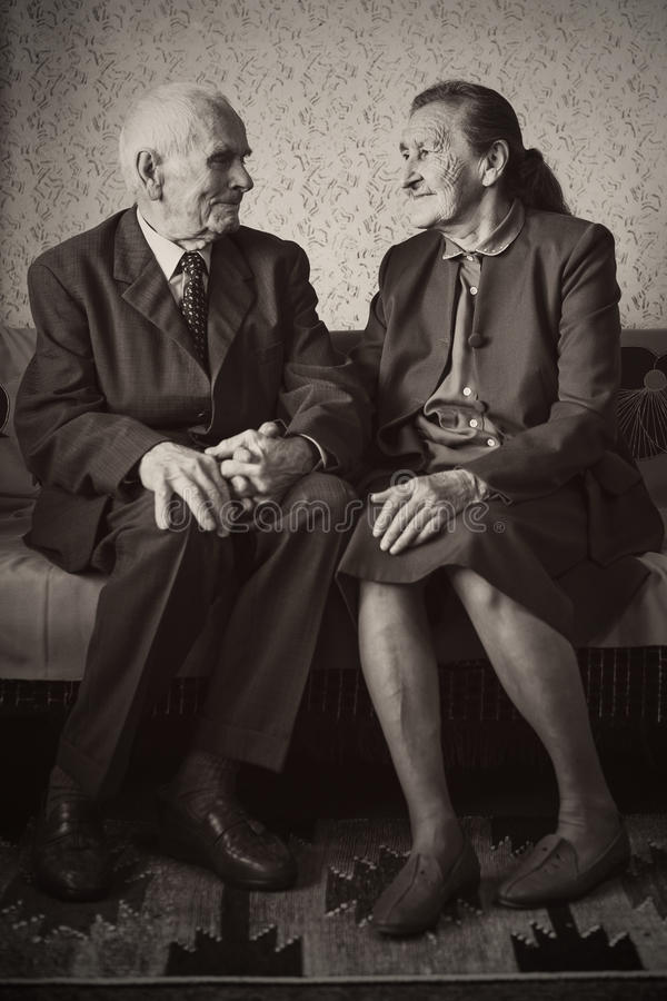 逗人喜爱的80正岁在他们的房子里与摆在为一张画象的夫妇结婚 永远爱概念 免版税图库摄影