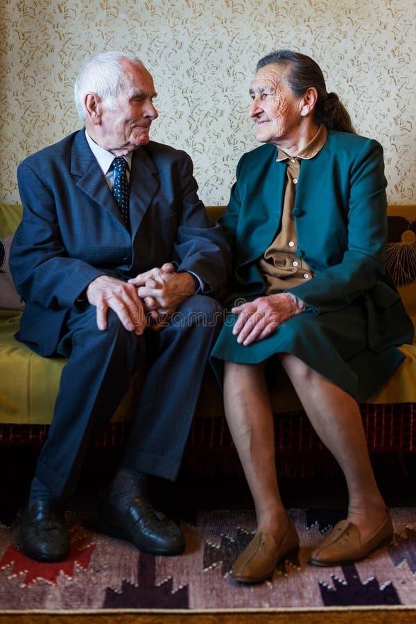 逗人喜爱的80正岁在他们的房子里与摆在为一张画象的夫妇结婚 永远爱概念 库存图片