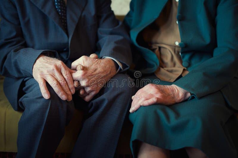 逗人喜爱的80正岁在他们的房子里与摆在为一张画象的夫妇结婚 永远爱概念 免版税库存图片