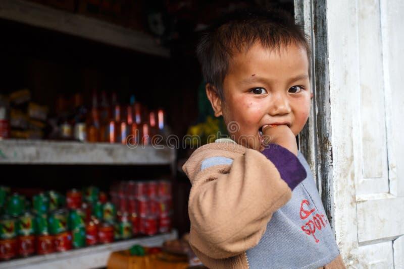 逗人喜爱的年轻缅甸男孩在钦邦 免版税图库摄影