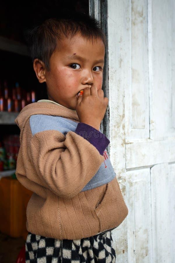 逗人喜爱的年轻缅甸男孩在钦邦 图库摄影