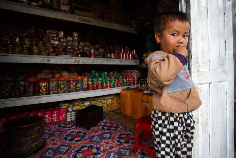 逗人喜爱的年轻缅甸男孩在钦邦 免版税库存照片