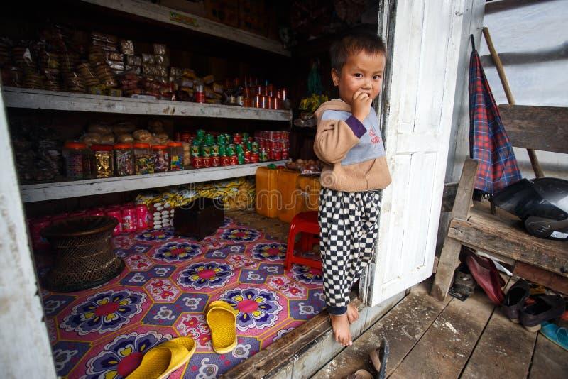 逗人喜爱的年轻缅甸男孩在钦邦 库存图片