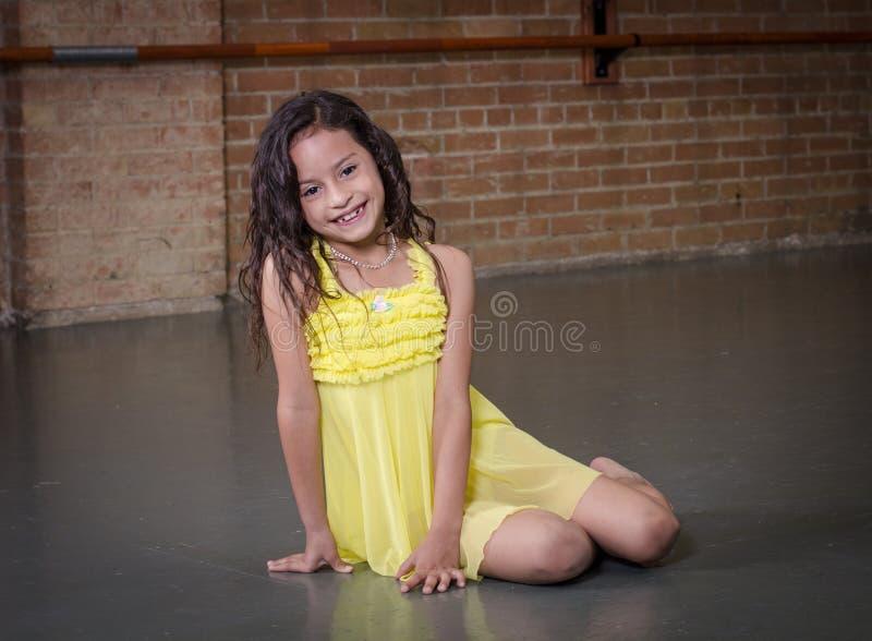 逗人喜爱的年轻西班牙舞蹈家在舞蹈演播室 库存照片